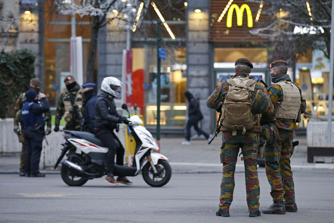 Cảnh sát và quân đội Bỉ tuần tra ở trung tâm thủ đô BrusselsẢnh: REUTERS