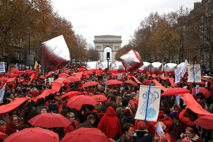 Đám đông tập trung ở Paris hôm 12-12-2015 để ủng hộ những hành động chống biến đổi khí hậu Ảnh: AP