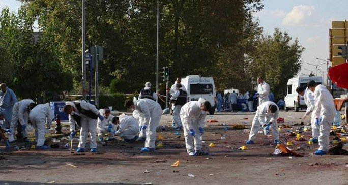 Các nhân viên pháp y tại hiện trường vụ nổ bomẢnh: EPA
