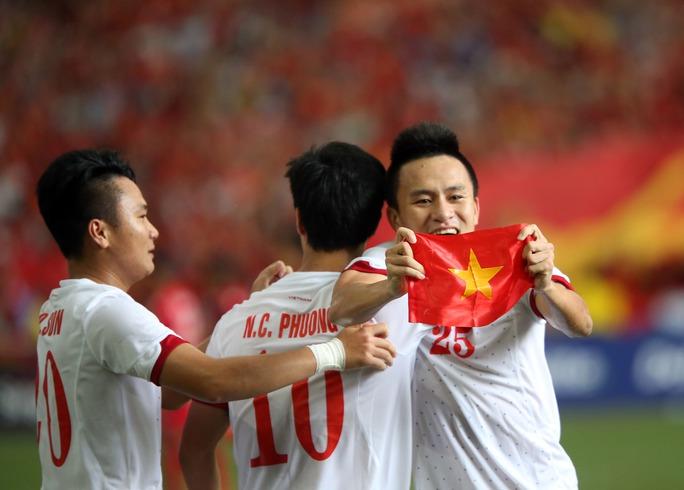 Huy Toàn (bìa phải) là một trong số ít cầu thủ chơi tốt trong màu áo U23 Việt Nam và CLB Ảnh: Quang Liêm