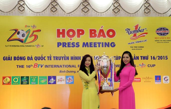 Giới thiệu cúp vô địch của giải trong cuộc họp báo trưa 29-10