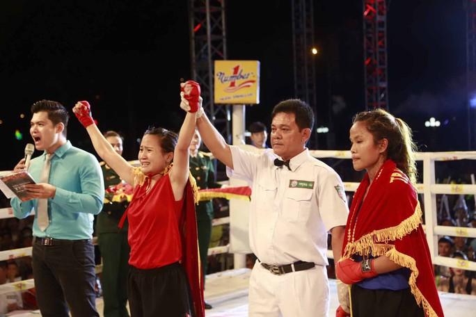 VĐV Hằng Nga (bìa trái) giành chiến thắng duy nhất cho chủ nhà Bình Định ở 2 đêm chung kết