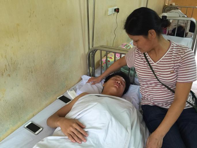 Phí Minh Long bên mẹ sau ca phẫu thuật xương dìm sụn vai Ảnh: Anh Dũng