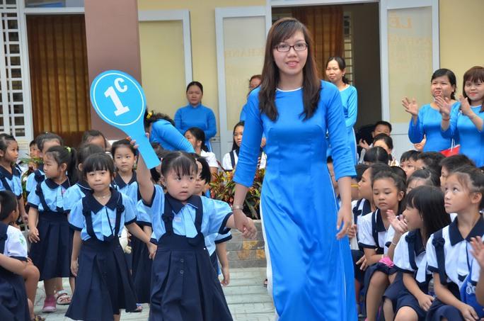 Giáo viên và học sinh Trường Tiểu học Bạch Đằng (TP HCM) chuẩn bị khai giảng năm học mớiẢnh: TẤN THẠNH