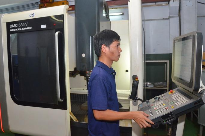 9 tháng đầu năm 2015, kinh tế tiếp tục tăng trưởng cao. Trong ảnh: Sản xuất khuôn mẫu trên thiết bị tự động hiện đại tại Công ty Cơ khí Duy Khanh (TP HCM) Ảnh: Tấn Thạnh