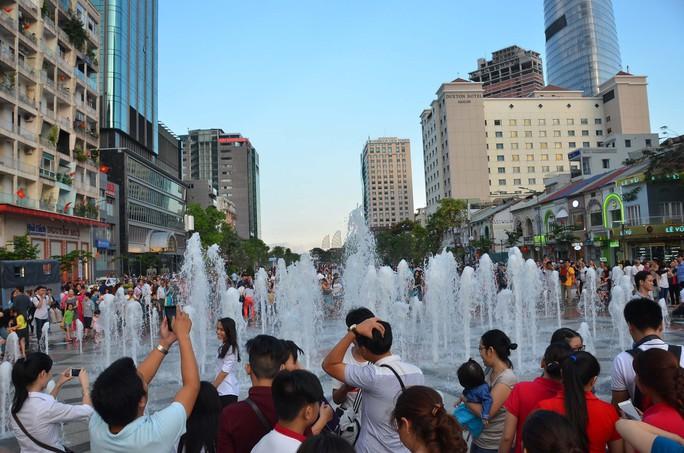 Người dân TP HCM vui chơi ở phố đi bộ Nguyễn Huệ Ảnh: TẤN THẠNH