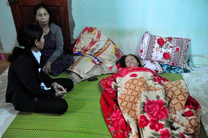 Bà Mai Thị Long (vợ ngư dân Trương Đình Bảy) suy sụp khi biết chồng bị bắn chết ở Trường Sa Ảnh: Tử Trực