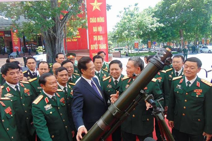 Thủ tướng Nguyễn Tấn Dũng thăm các gian trưng bày một số sản phẩm vũ khí do Tổng cục Công nghiệp quốc phòng nghiên cứu, chế tạo tại Đại hội thi đua quyết thắng toàn quân ngày 1-7-2015 - Ảnh: VNN