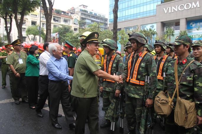 Lãnh đạo TP HCM và Bộ Công an thăm hỏi các chiến sĩ PCCC tại buổi diễn tập Ảnh: Hoàng Triều