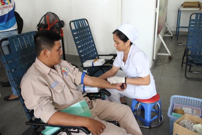 Nhân viên Công ty Truyền hình cáp Sài Gòn Tourist tham gia hiến máu nhân đạo