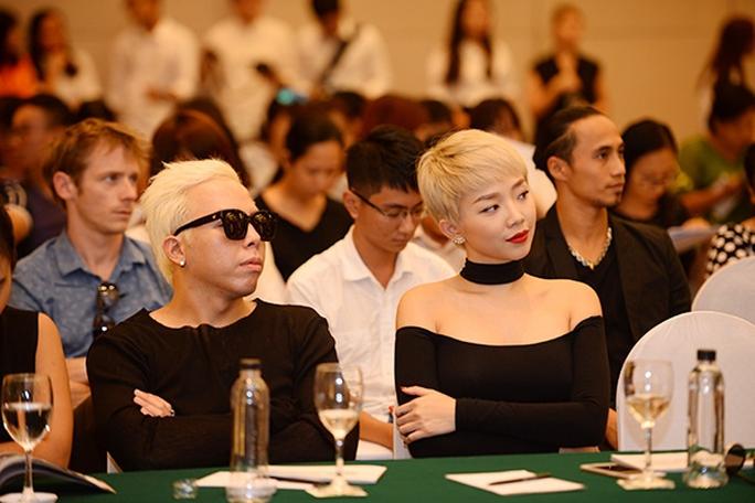 Tóc Tiên và người tình tin đồn của cô - Hoàng Tourliver tại buổi họp báo. Lễ hội âm nhạc Gió mùa được coi là nơi để các nghệ sĩ trẻ thể hiện mình.