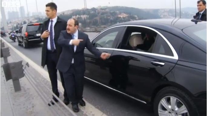 Các vệ sĩ của ông Erdogan thuyết phục người định tự tử vào nói chuyện với tổng thống. Ảnh: BBC