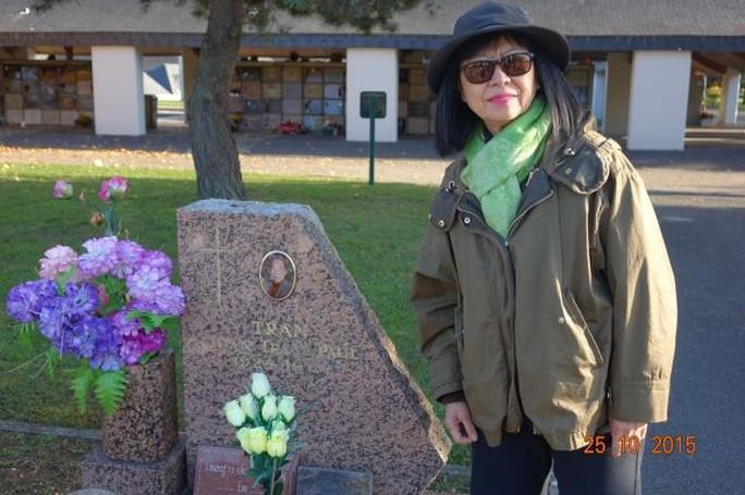 Danh ca Bạch Yến viếng mộ cố nghệ sĩ Trần Văn Trạch tại Pháp