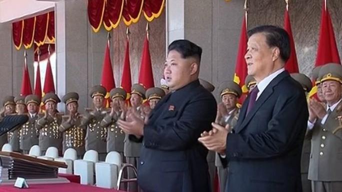 Nhà lãnh đạo Kim Jong-un và ông Lưu Vân Sơn (phải) trên bục danh dự. Ảnh: AP