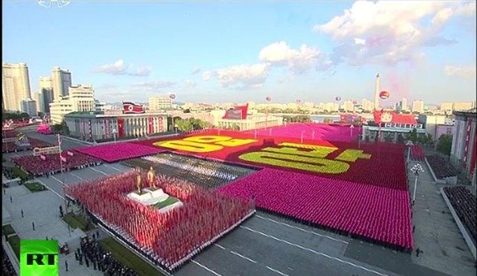 Tượng của 2 cố Chủ tịch Kim Nhật Thành và Kim Jong-il được đưa qua quảng trường