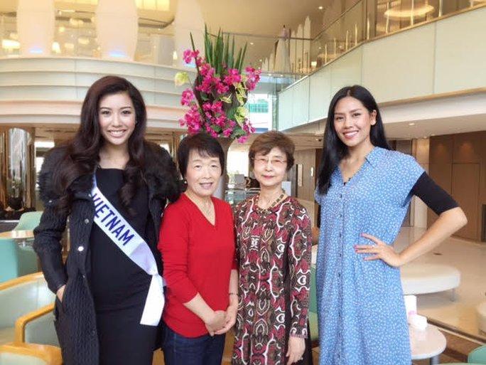 Cả hai chụp ảnh cùng hai phụ nữ Nhật Bản ngưỡng mộ