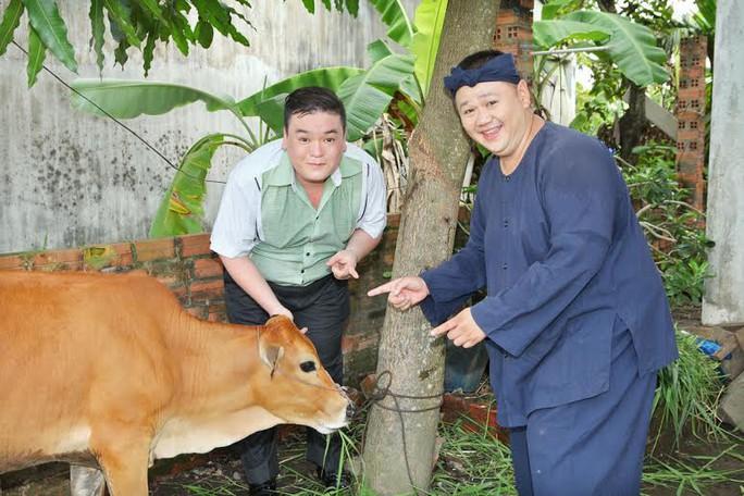 Minh Béo và các nghệ sĩ tặng bò cho gia đình nghèo ở quận 12