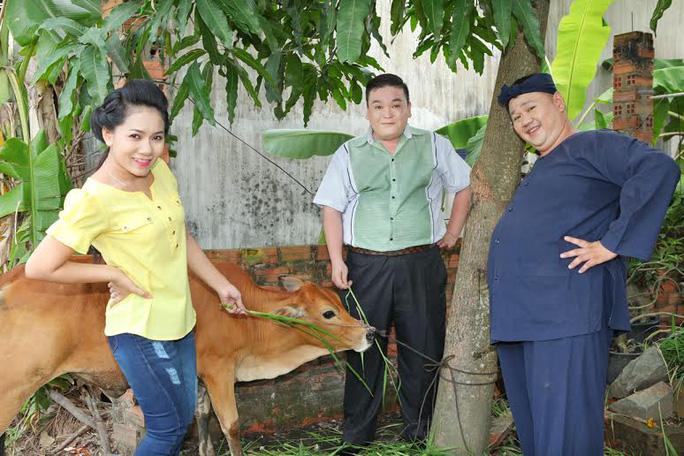 Minh Béo mua bò tặng người nghèo