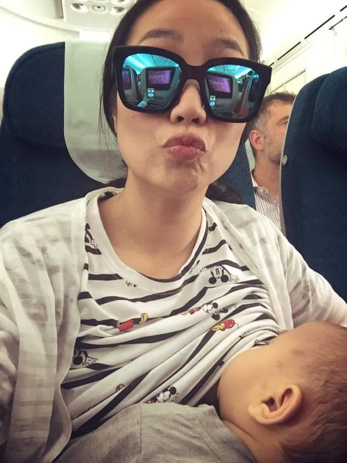 Ảnh Thanh Vân cho con bú trên máy bay