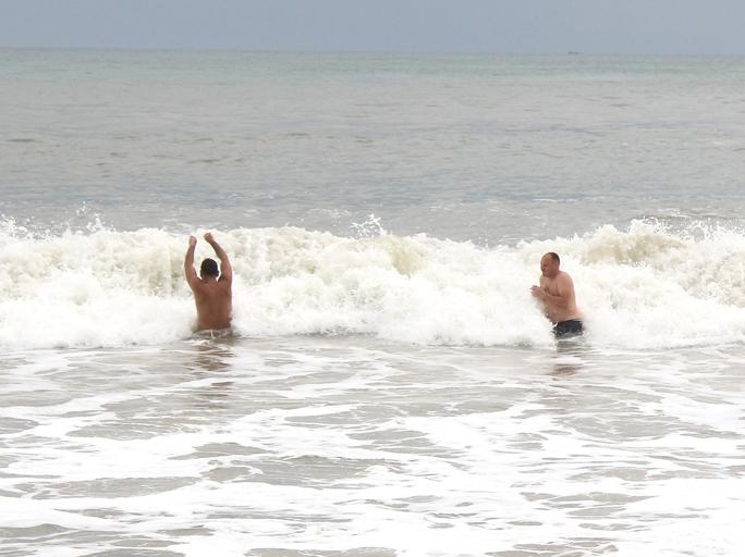 Tắm biển, bị sóng đánh liệt tứ chi