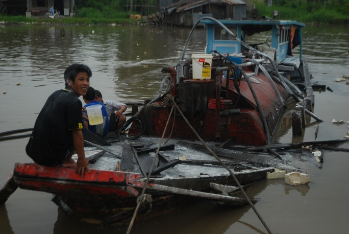 Vụ nổ phá hủy chiếc tàu và nhấn chìm bồn chứa dầu