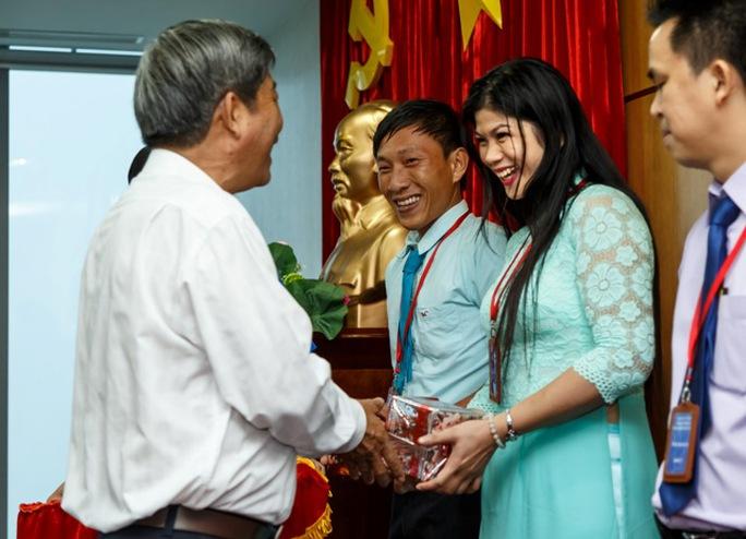 Đại diện Tỉnh ủy Bình Dương chúc mừng, tặng quà cho công dân trẻ tiêu biểu Nguyễn Hồng Xuân Trường