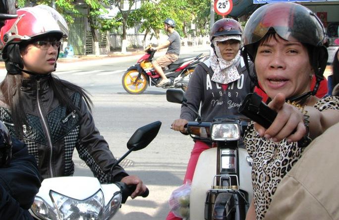 Người dân chỉ cho nữ hiệp sĩ đường phố Nguyễn Hồng Xuân Trường hướng kẻ trộm xe đạp điện vừa tháo chạy