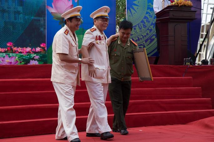 Không chỉ giỏi đánh án, Đại tá Nguyễn Hoàng Thao (bìa trái) được đánh giá là một người ân cần, hiểu tâm lý