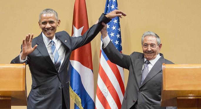 Chủ tịch Cuba Raul Castro giơ tay Tổng thống Mỹ Barack Obama lên trong cuộc họp báo chung ngày 21-3 tại Havana. Ảnh: AP