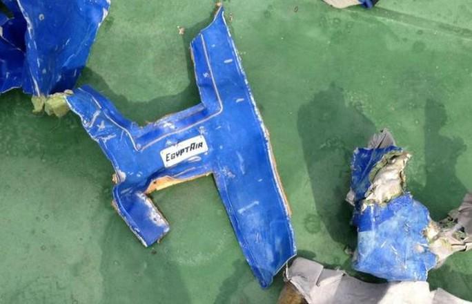 Các mảnh vỡ máy bay tìm thấy ngày 21-5. Ảnh: Quân đội Ai Cập