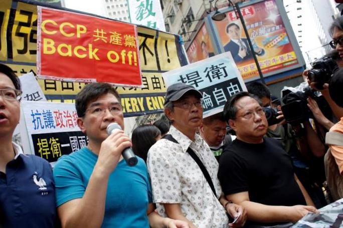Ông Lam Wing-kee (đội nón) trong cuộc biểu tình tổ chức ngày 18-6 tại Hồng Kông. Ảnh: REUTERS