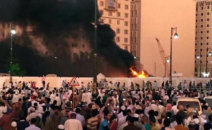 Người dân tập trung gần nơi xảy ra vụ nổ ở đền thờ tại TP Medina. Ảnh: REUTERS
