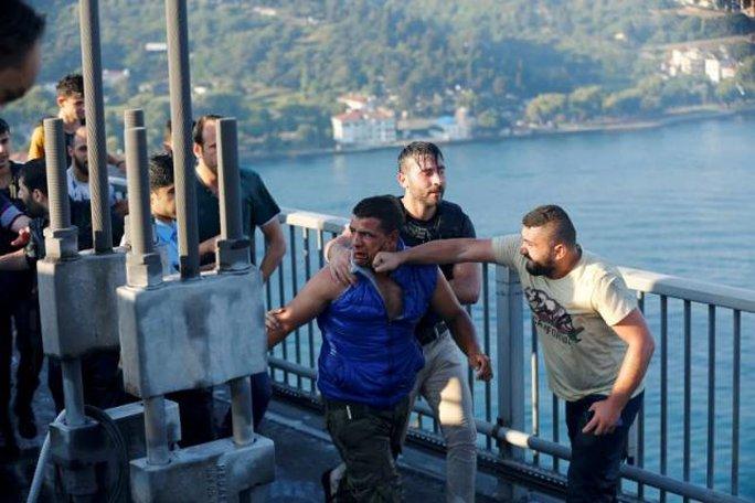 Người dân Thổ Nhĩ Kỳ đánh lính đảo chính. Ảnh: REUTERS