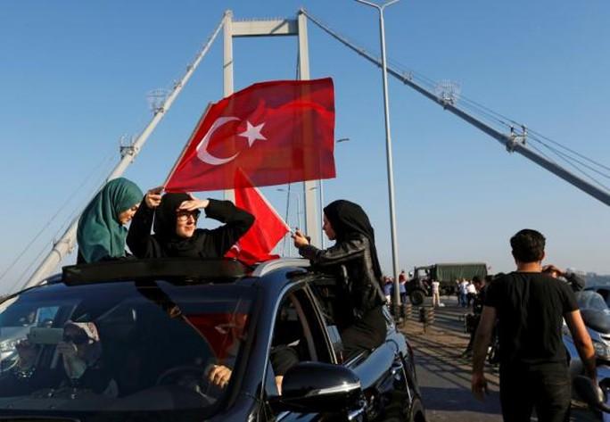 """Thổ Nhĩ Kỳ: Lính đảo chính bị """"chặt đầu"""""""