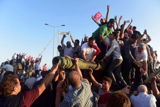Phe ủng hộ chính phủ ăn mừng sau khi quân đảo chính đầu hàng. Ảnh: REUTERS
