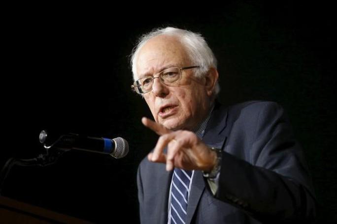 Ông Bernie Sanders ca ngợi bà Hillary Clinton trong bài phát biểu hôm 25-7. Ảnh: Reuters