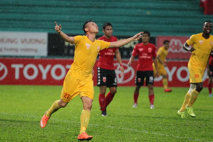 Cầu thủ trẻ Đình Bảo (Hải Phòng) chơi khá hay và lập được hat-trick trong trận đấu này