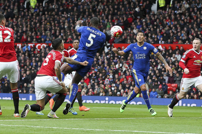 Trung vệ Morgan của Leicester đánh đầu gỡ hòa 1-1 trong trận gặp M.U cuối tuần qua