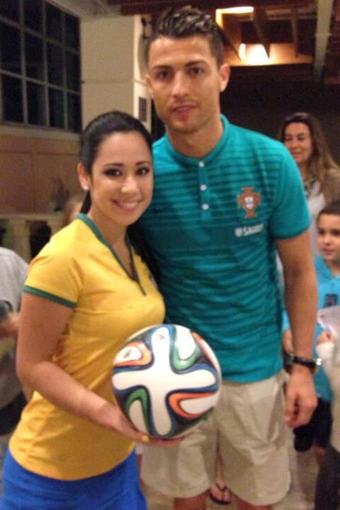 Người đẹp 25 tuổi chụp hình với C.Ronaldo...