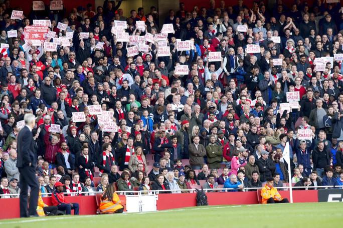 So với CĐV Cefn Druids, CĐV Arsenal còn khá hiền. Ảnh: The Sun