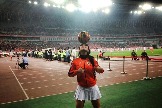 Người đẹp Brazil chơi bóng điêu luyện với giày cao gót