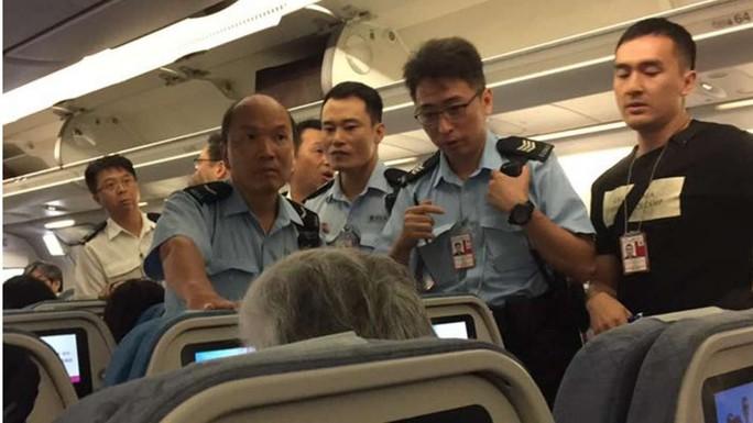 Cảnh sát đã lên máy bay sau khi nó hạ cánh tại Hồng Kông. Ảnh: SCMP