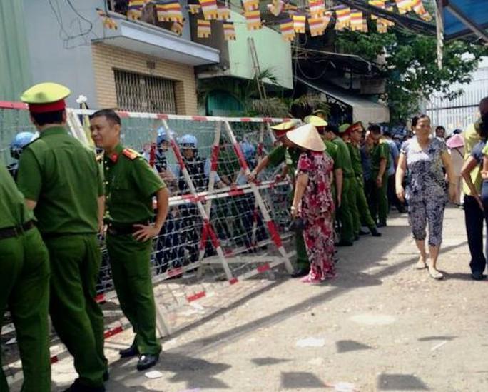 Lực lượng an ninh túc trực tại hiện trường đảm bảo an toàn cho việc tháo dỡ