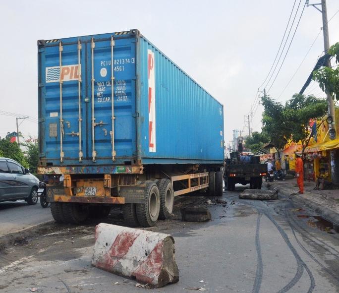 Hơn 20 m dải phân cách bị xe container ủi văng