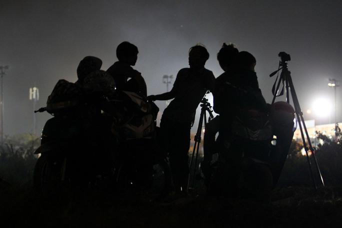 Những người thích chụp ảnh tranh thủ cân chỉnh máy ảnh trước giờ pháo hoa được bắn