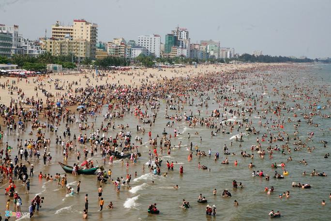 Bãi biển Sầm Sơn (Thanh Hóa) chiều 30-4 ken đặc người. Nhân dịp nghỉ lễ, hàng nghìn người đã đổ về đây tắm mát, thưởng thức hải sản.