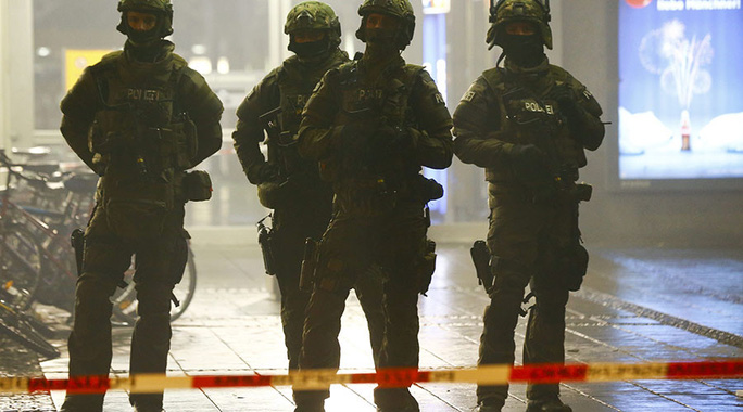 Cảnh sát Đức phong tỏa nhà ga ở trung tâm TP Munich đêm 31-12. Ảnh: Reuters