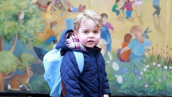"""""""Hoàng tử bé"""" đứng bên ngoài nhà trẻ, mặc áo khoác và đeo ba lô màu xanh. Ảnh: Sky News"""