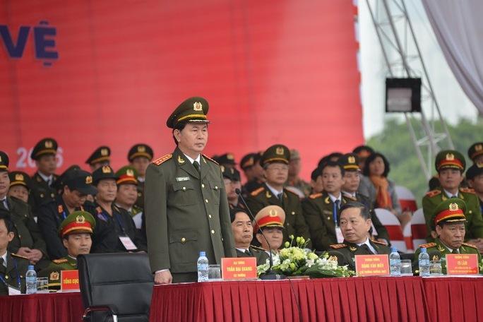 Đại tướng Trần Đại Quang (đứng) tại buổi lễ xuất quân bảo vệ Đại hội Đảng lần thứ XII