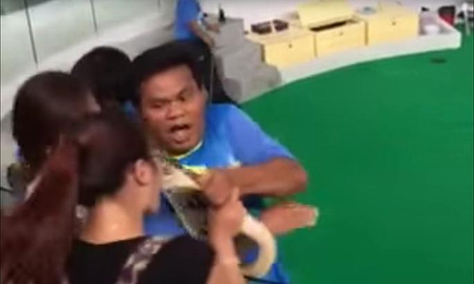 Cô Jing bị con trăn gấm đớp trúng mũi. Ảnh: YouTube